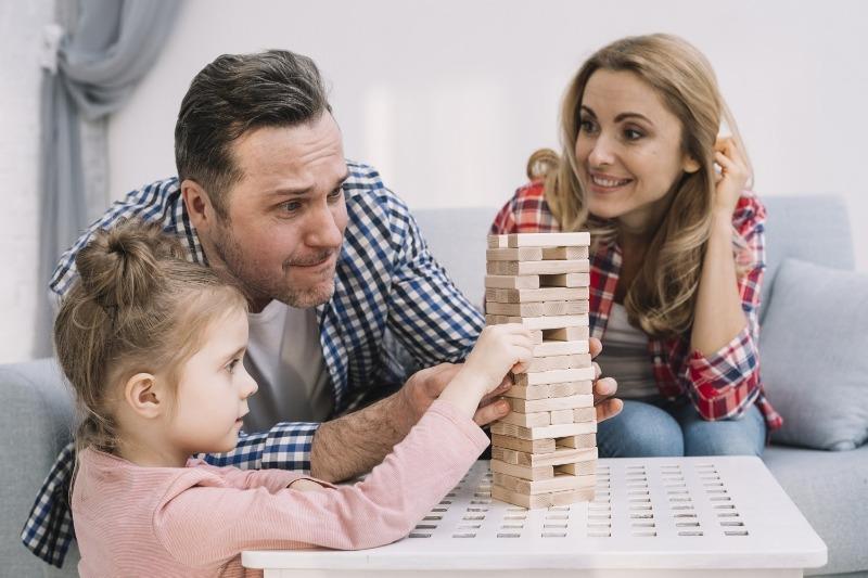 играть в настольные игры с детьми